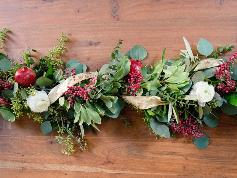 holiday centerpiece ideas garland green white red pomegranate flowers leaves decorative