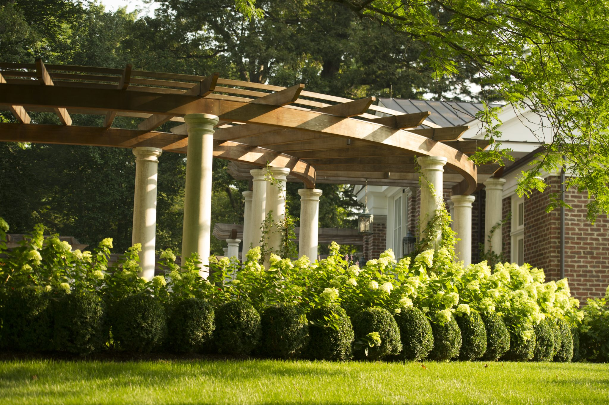The lower curved pergola sections create intimate spaces. by Janice Parker Landscape Architects