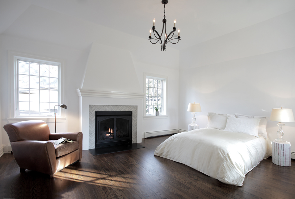 Contemporary bedroom in Manhasset, New York, by Hierarchy Architecture + Design