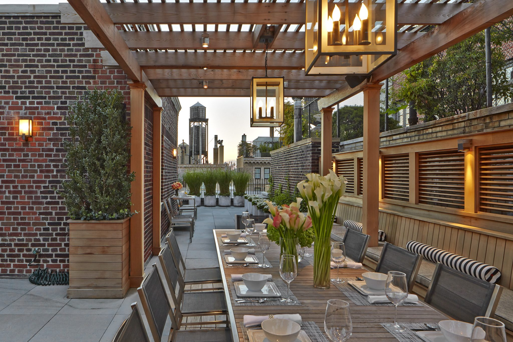 City terrace with alfresco dining and contemporary pergola by Hollander Design Landscape Architects