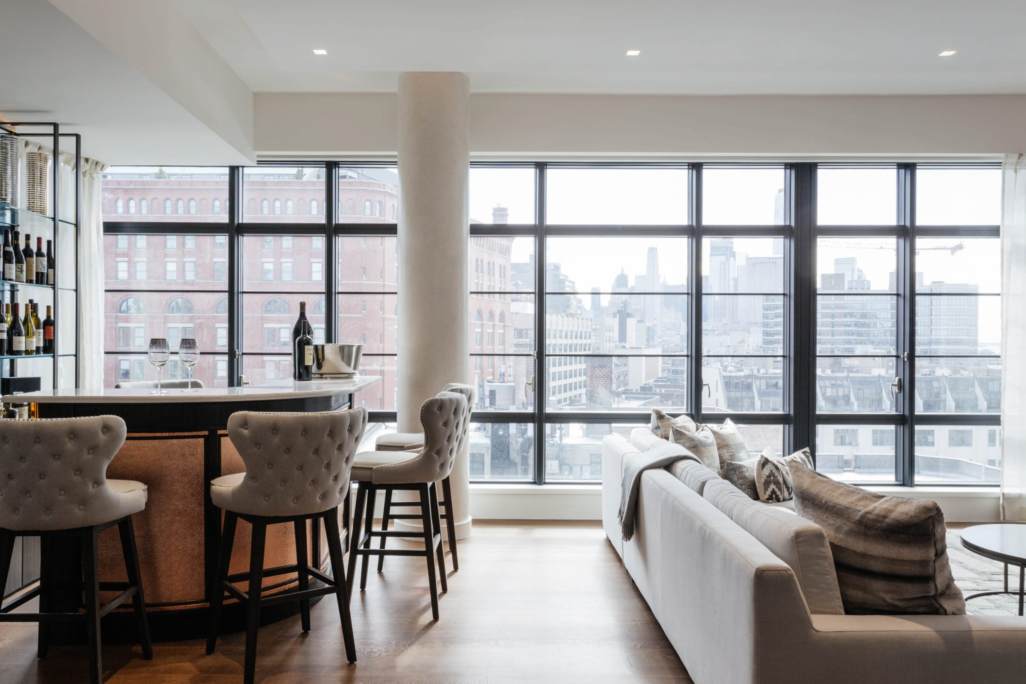 Perfect entertaining space with steel windows and cityscape views by Art Home Garden