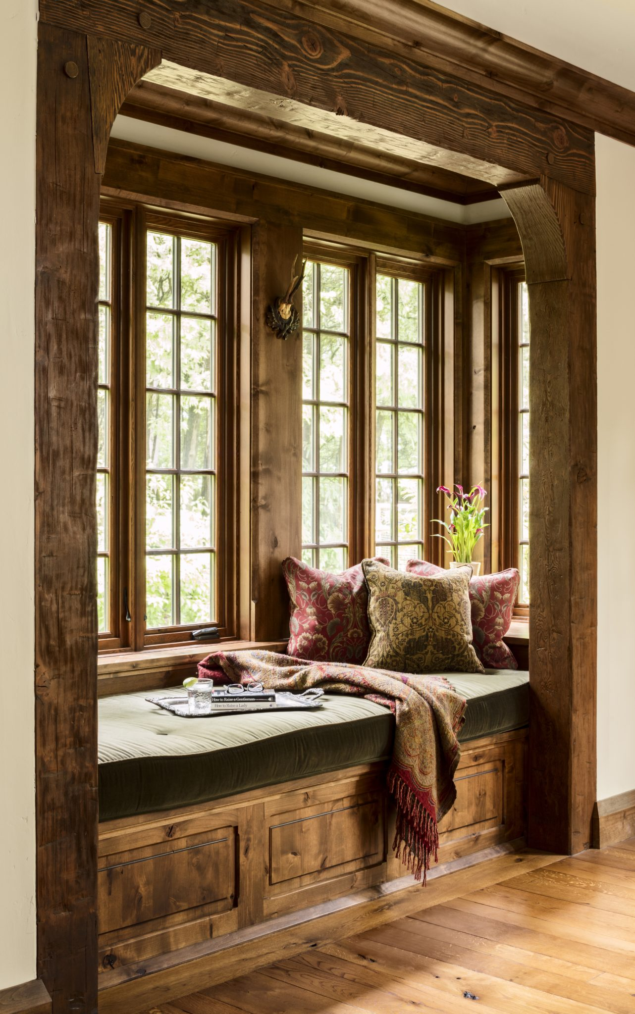 A cozy alcove provides a quiet place to read. By Wade Weissmann Architecture Inc.