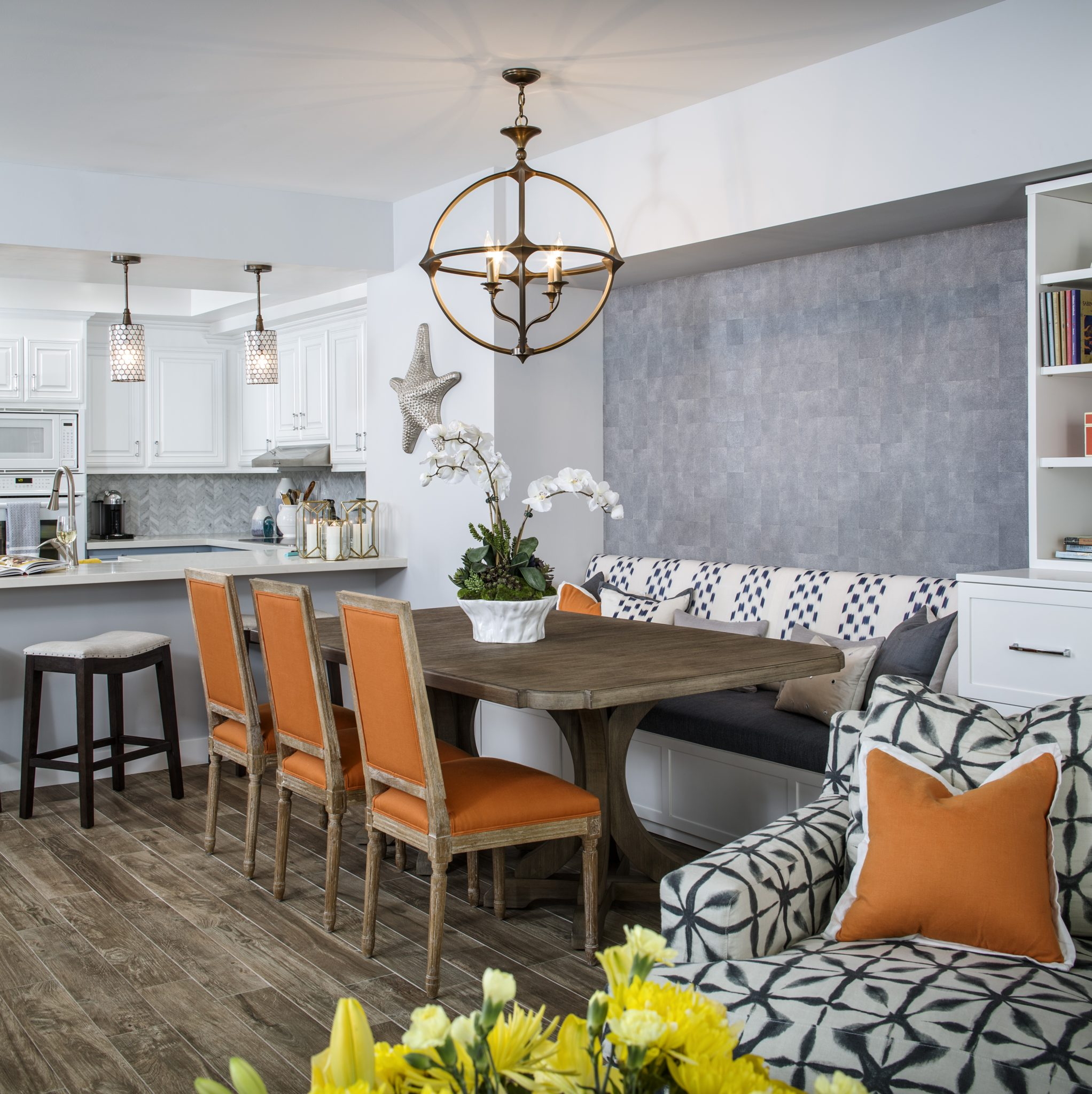 Comfy casual dining - built-in banquet andcounter seating by SUZA DESIGN