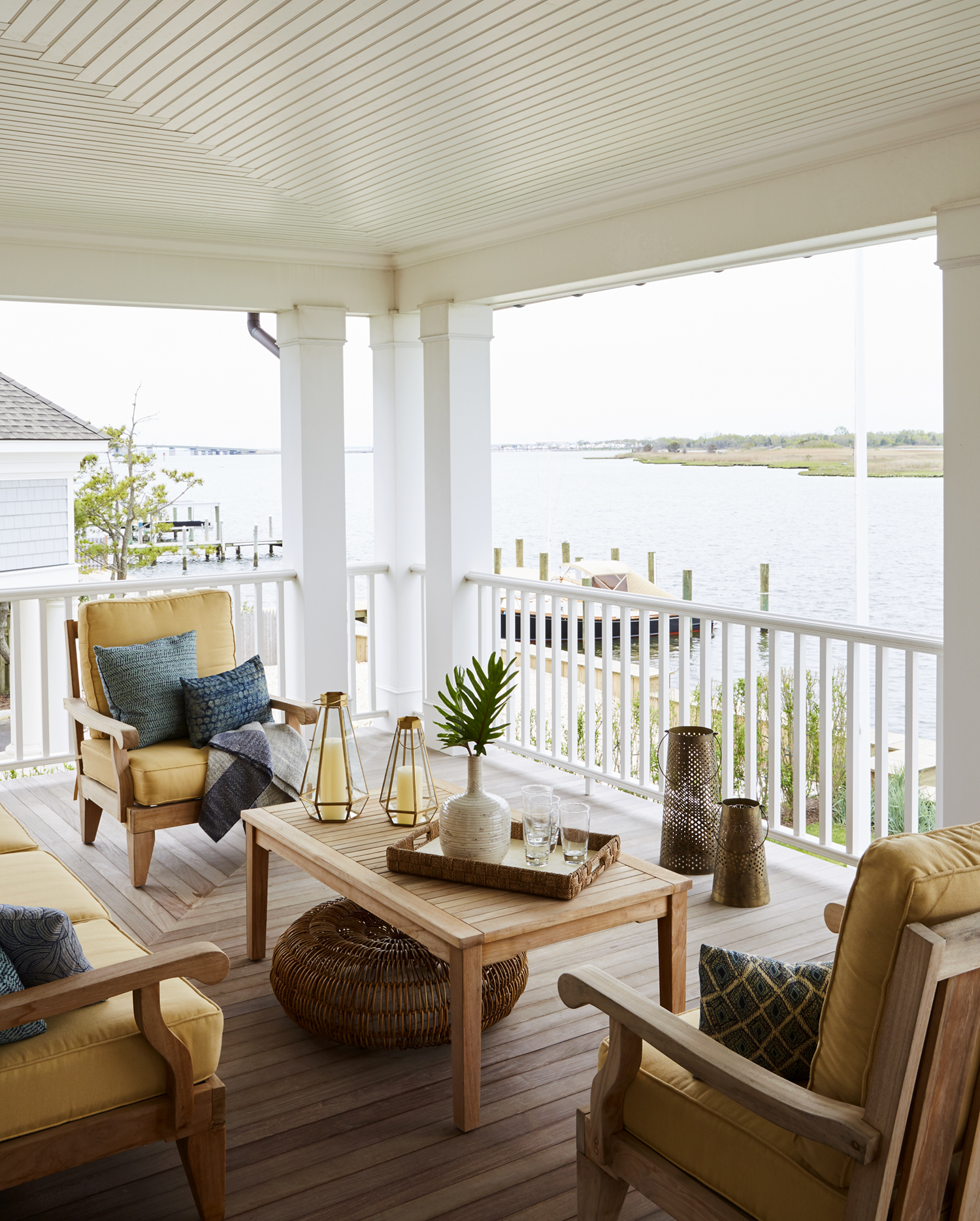 Bay front beach house in Mantoloking, New Jersey, by J. PATRYCE DESIGN