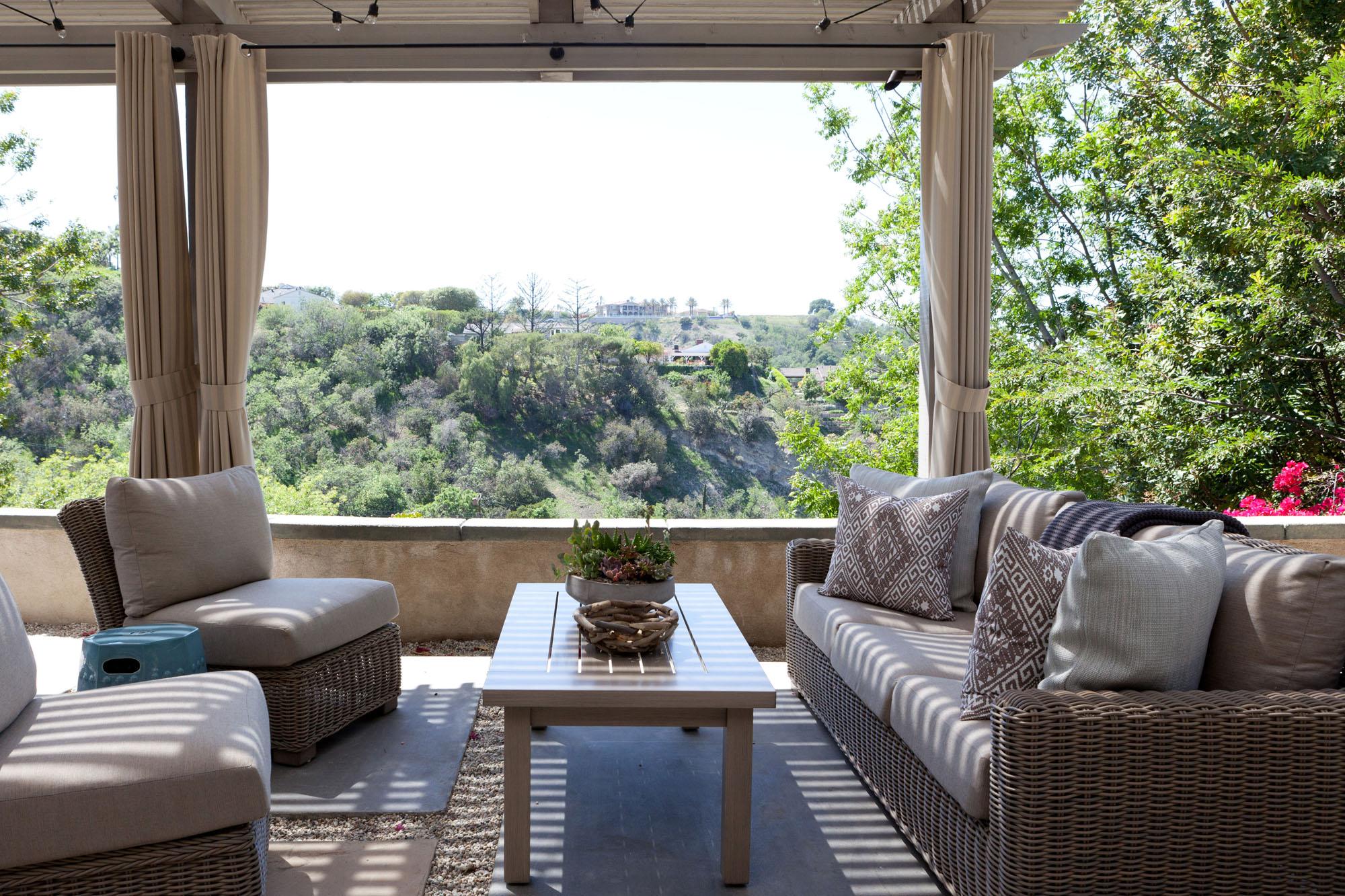Sherman Oaks - coastal contemporary outdoor area by Meredith Ellis Design