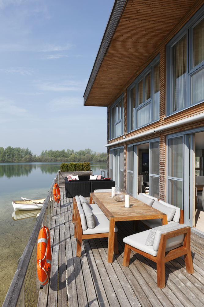Exterior of lake house by Carden Cunietti