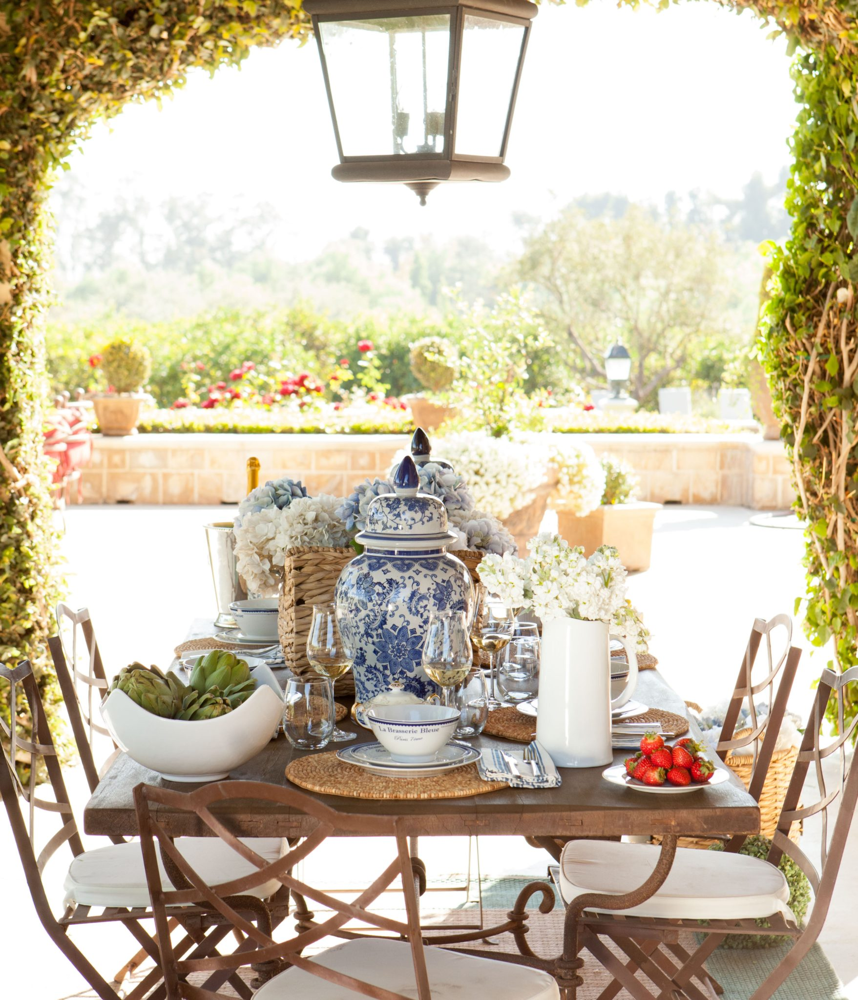 A stylish outdoor entertaining space by Amodei