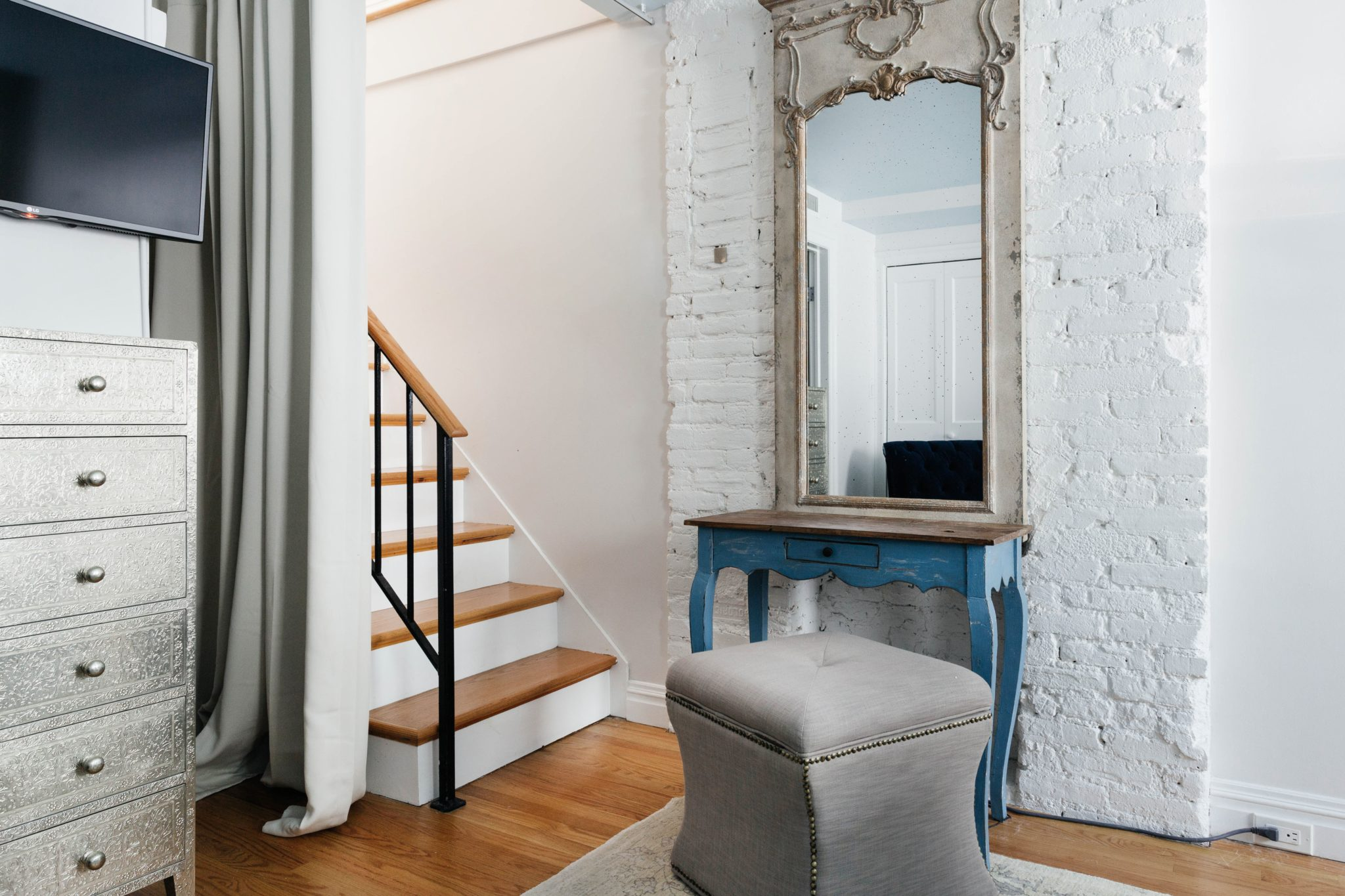 Stairs upstairs with makeup vanity by Art Home Garden