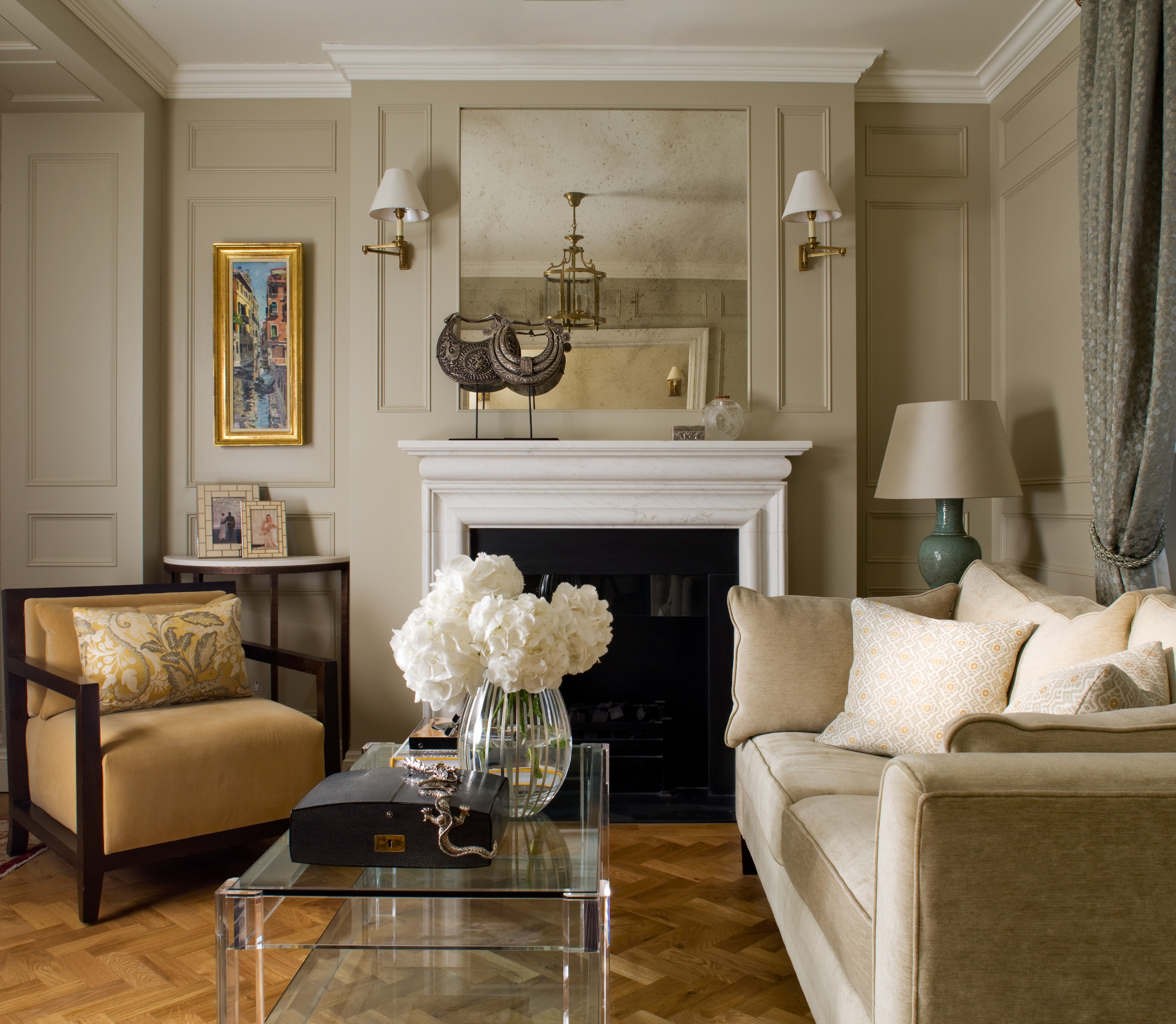 A traditional living room by Katharine Pooley