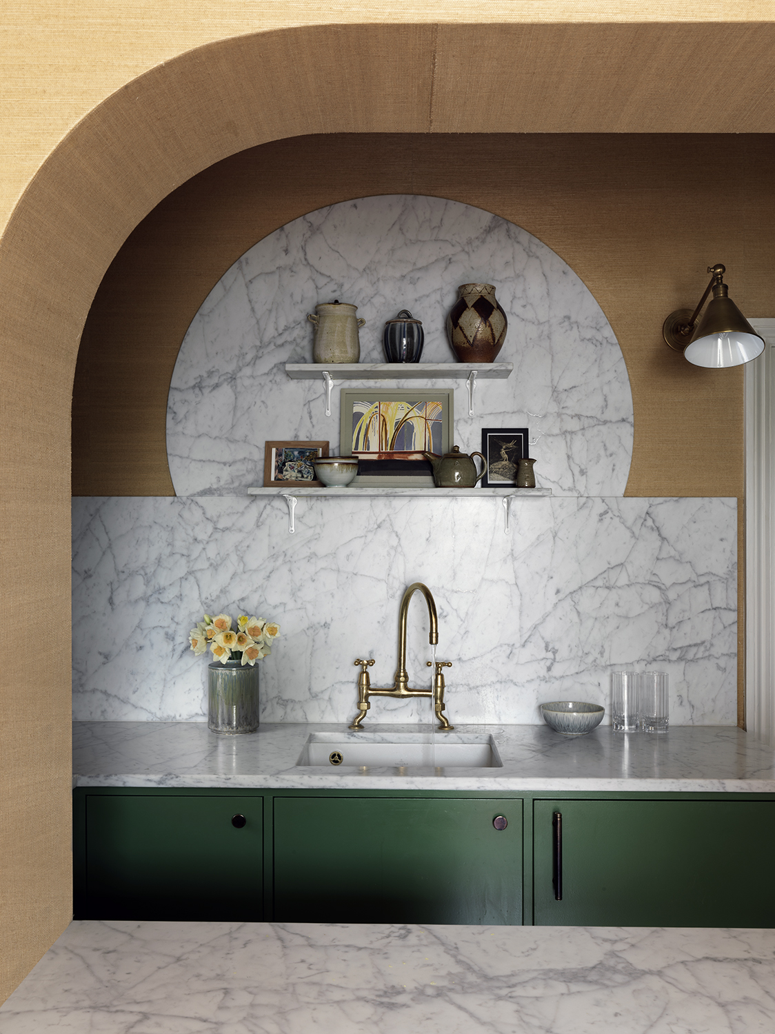Curved walls in the kitchen by Beata Heuman Ltd.