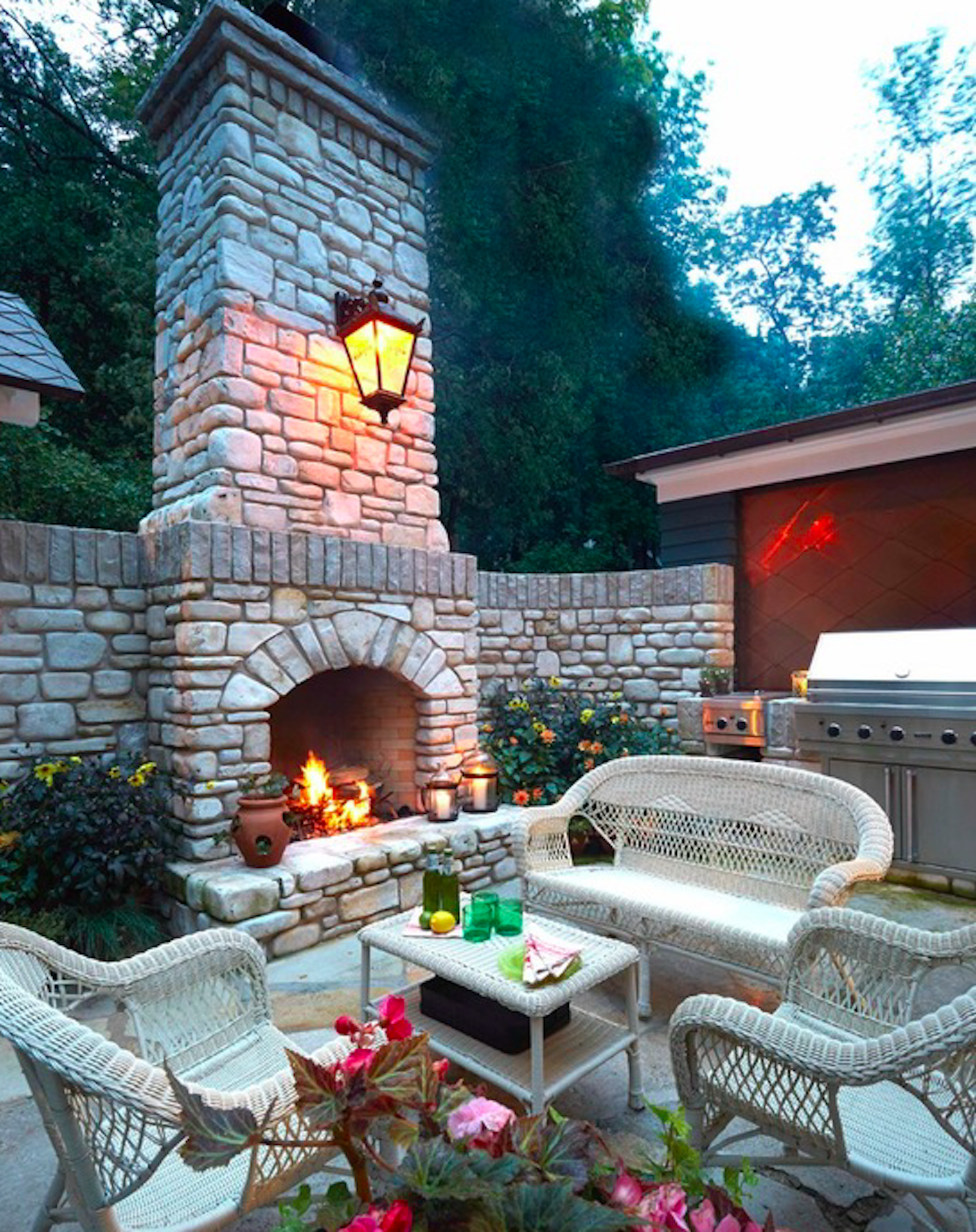 Outdoor fireplace for warm entertaining. by Schlagenhaft Studio