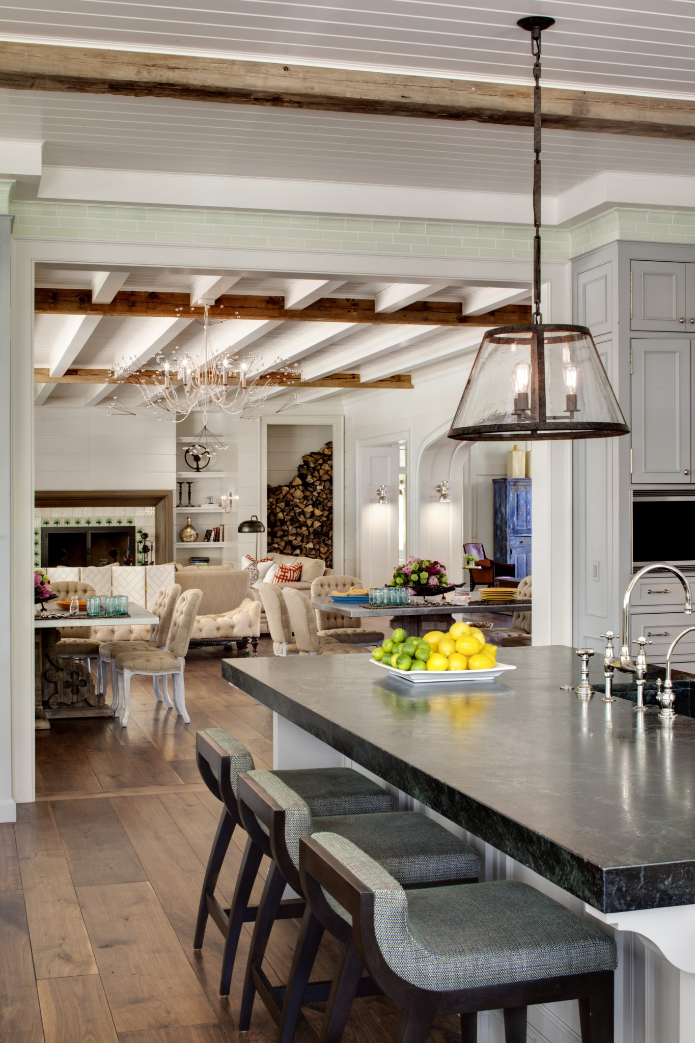 A classic stone island for traditional dining with family and friends by Wade Weissmann Architecture Inc.