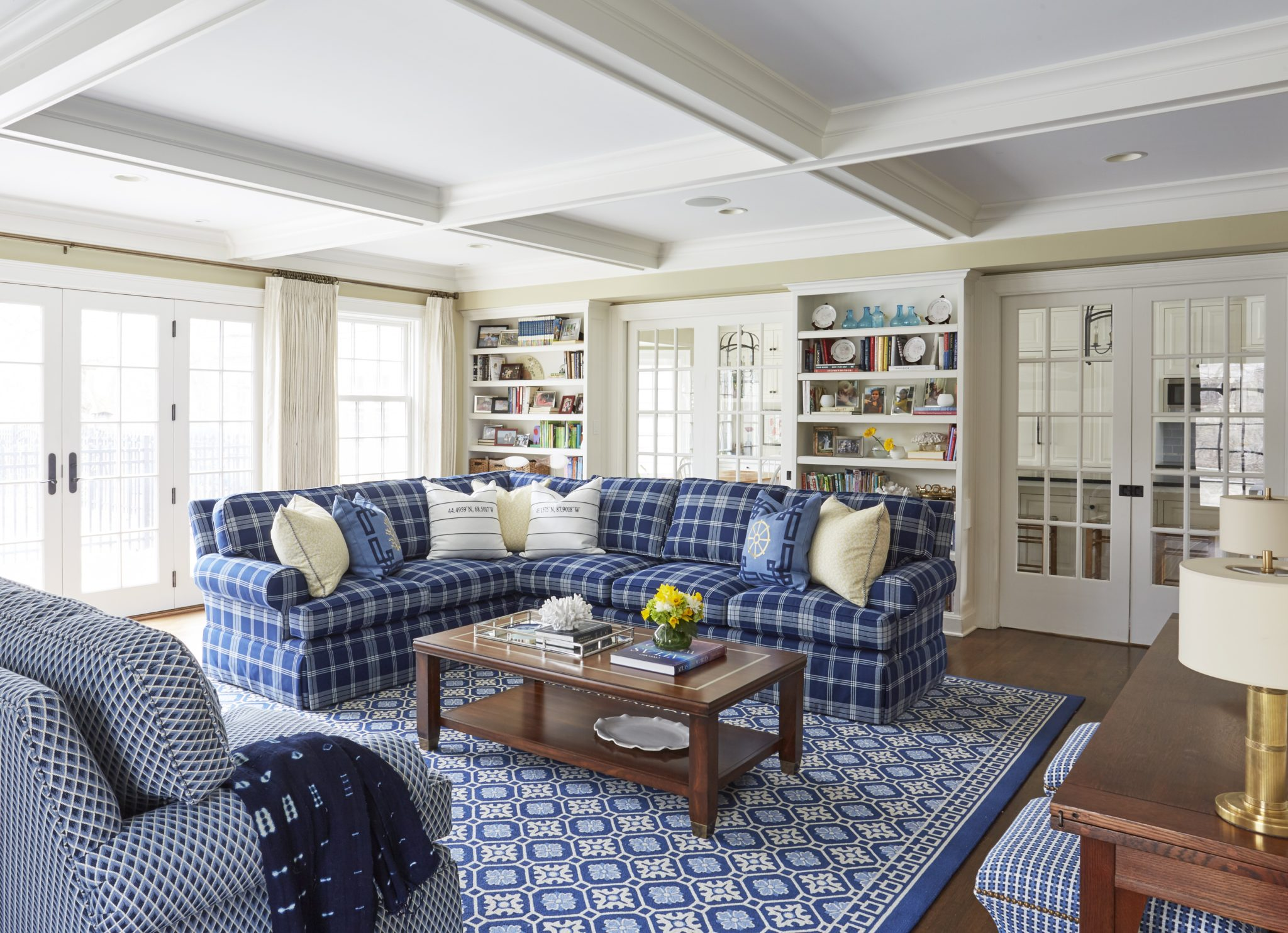 This 'country transitional' family room is both bright and cozy. By Schlagenhaft Studio