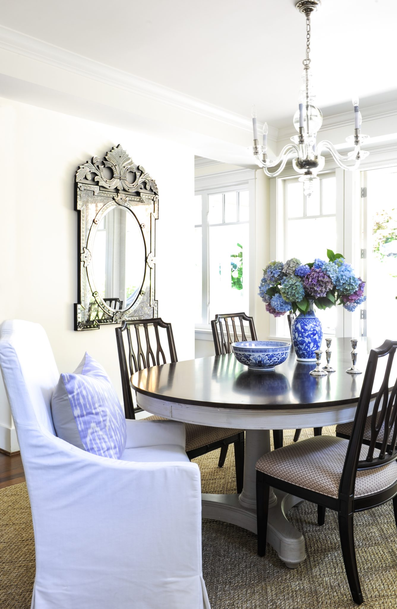 Traditional Hamptons-inspired dining room by Kerrisdale Design Inc.