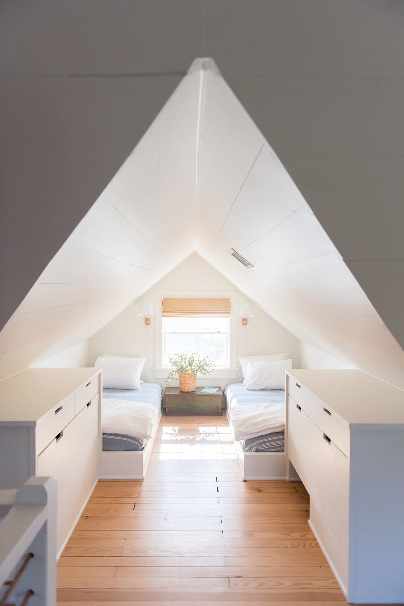 Mosle - Attic guest beds / kids room by Hannah Childs Interior Design
