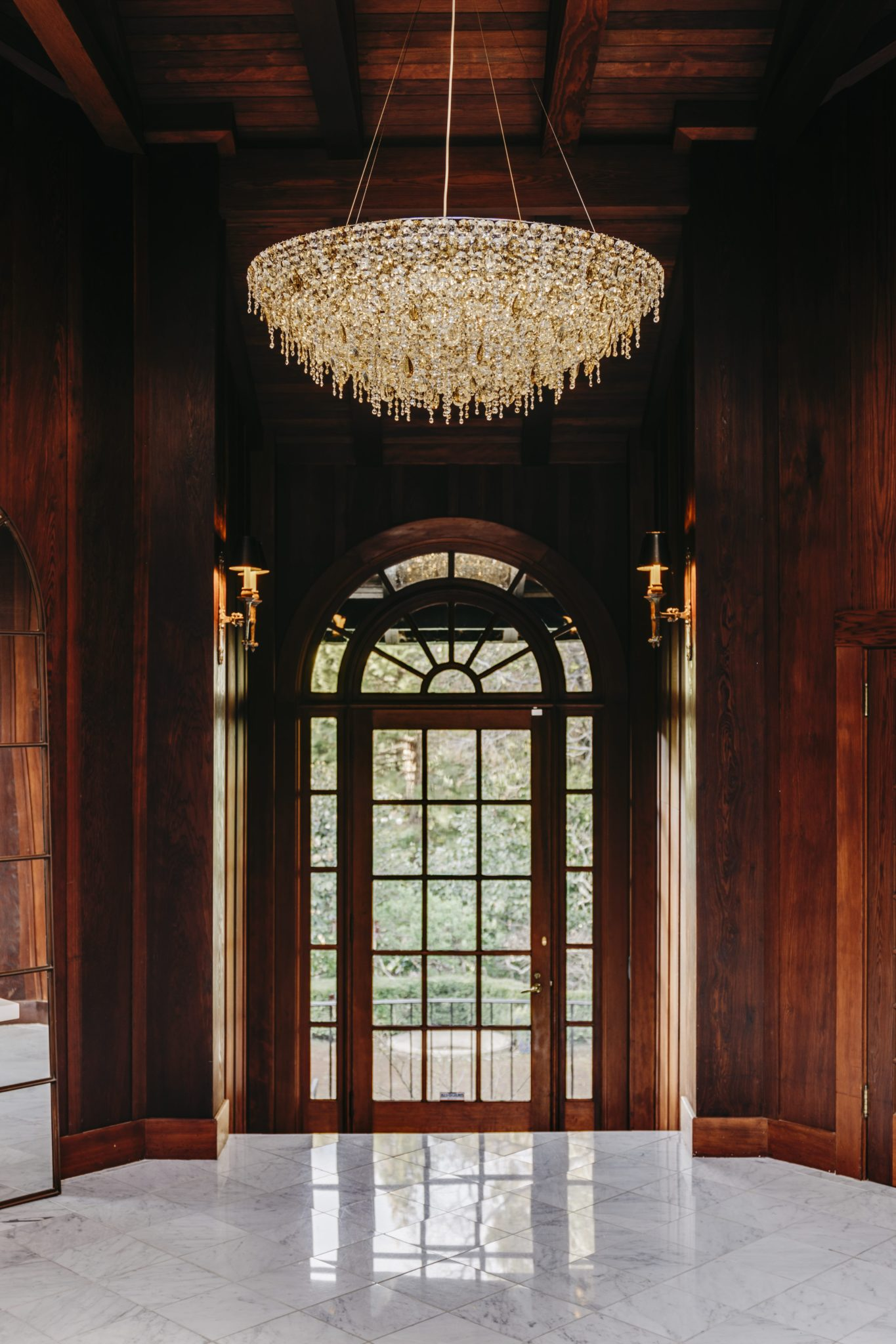 In the entryway, a circular chandelier from Les Ateliers Courbet lights up the space.