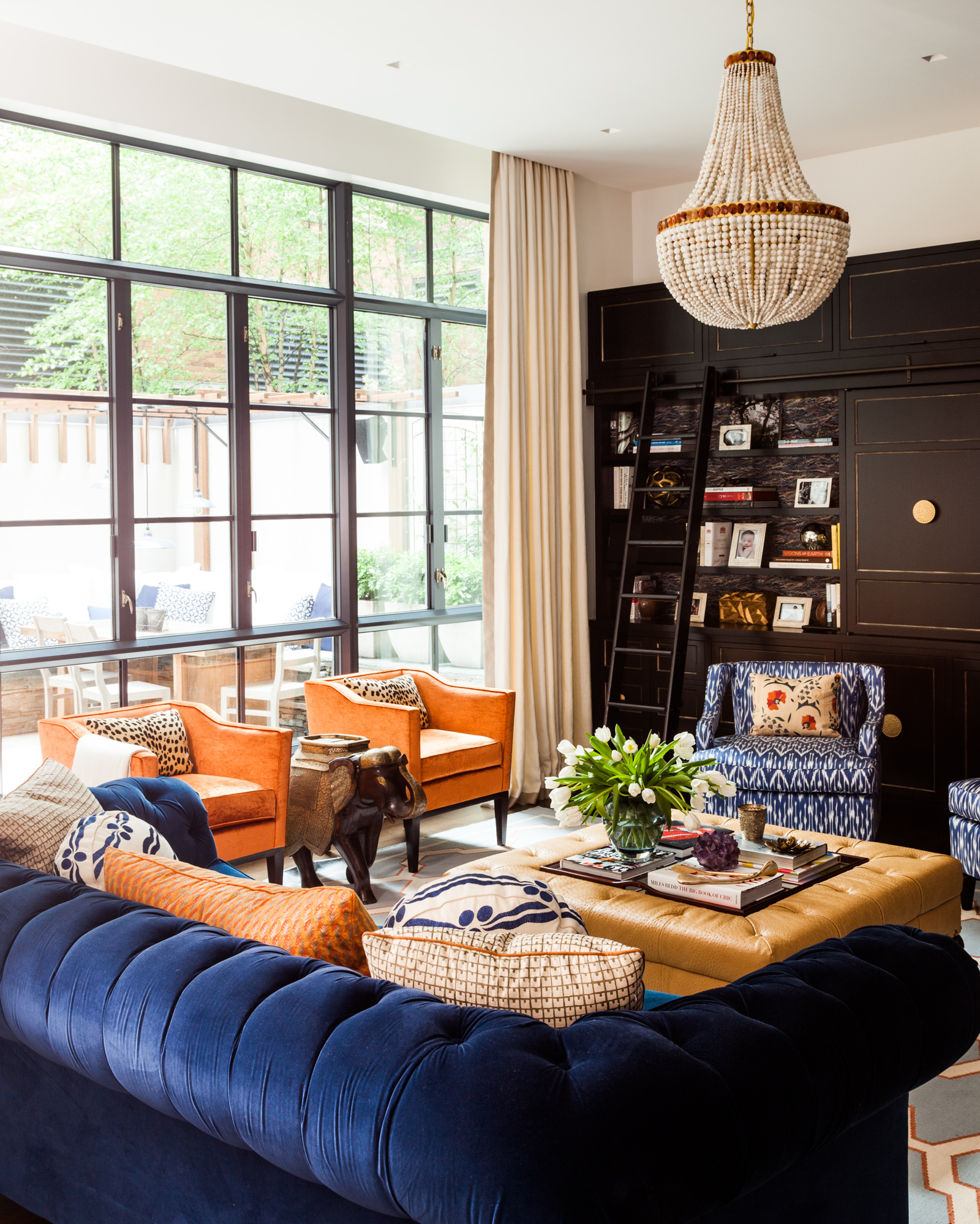 Living room / Family room by Sara Gilbane Interiors