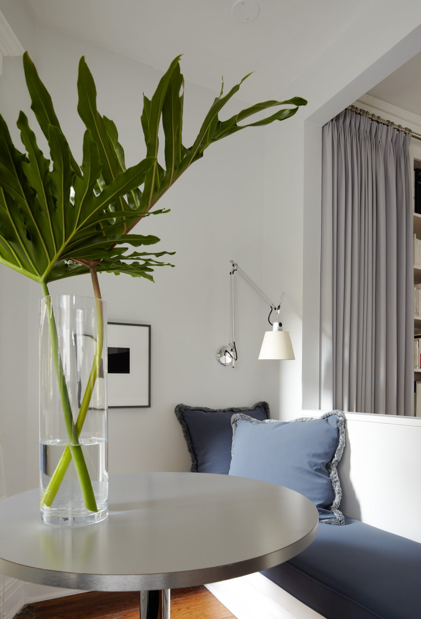 Even the Artemide Tolomeo sconces located throughout the apartment are installed at the same height.