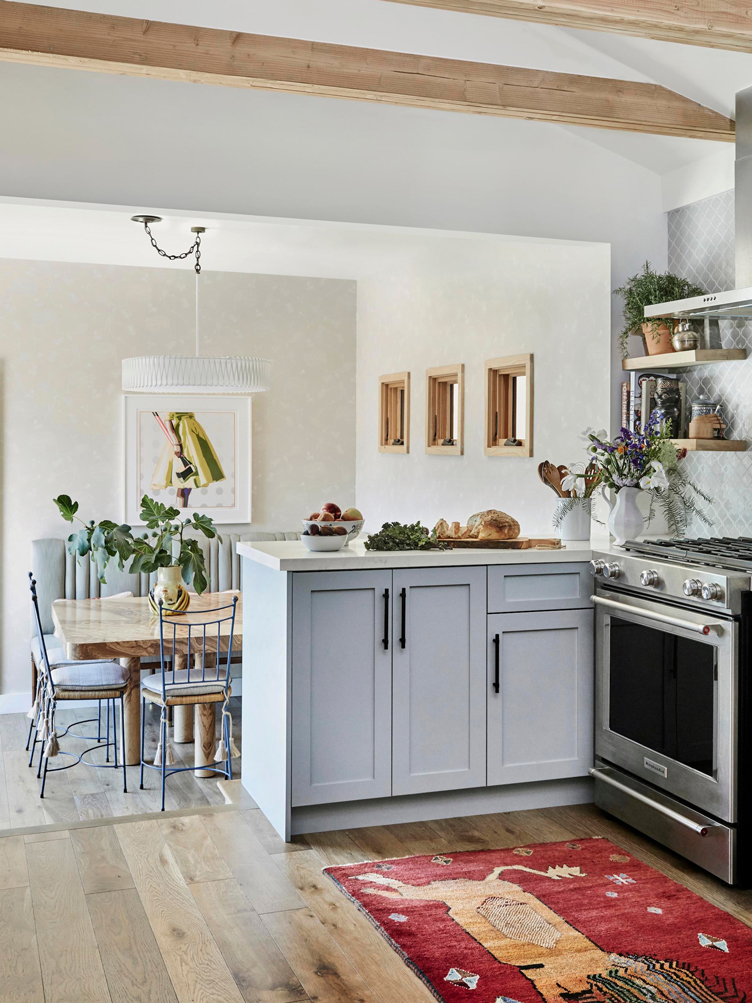This image has an empty alt attribute; its file name is open-plan-kitchen-with-vaulted-ceilings-1123.jpg